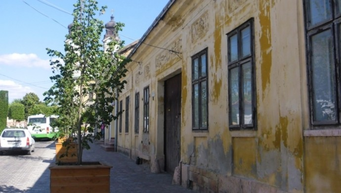 1. kép | Az utca | Eladó Családi ház, Tata (#106618)