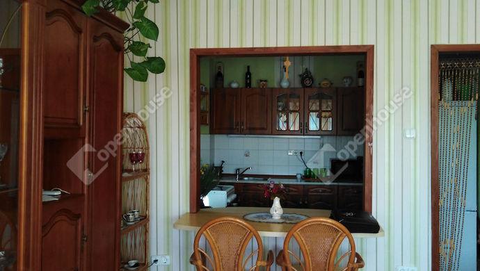 1. kép | Nappaliból a konyha | Eladó Társasházi lakás, Tata (#141369)