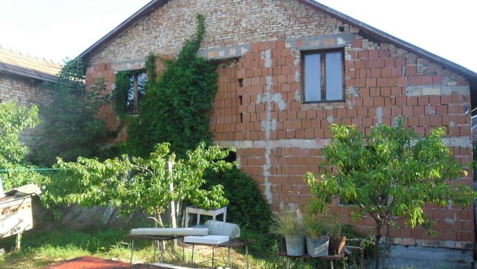 5. kép | Féig kész ház az udvarból | Eladó Családi ház, Tata (#106618)