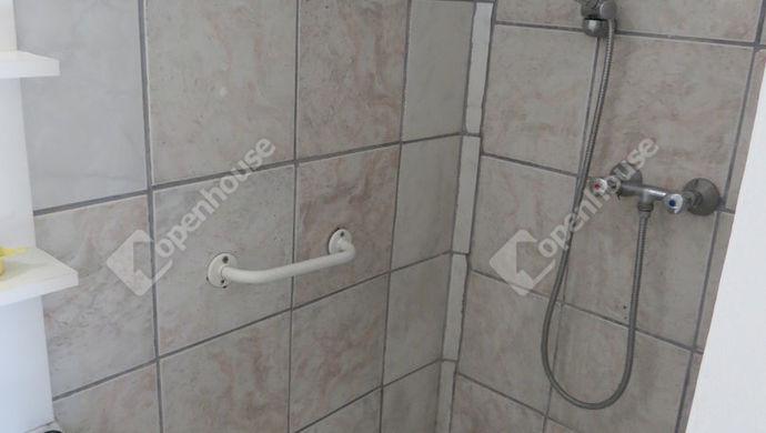 10. kép   udvari lakóépület zuhanyzó   Eladó Családi ház, Zalaegerszeg (#137462)