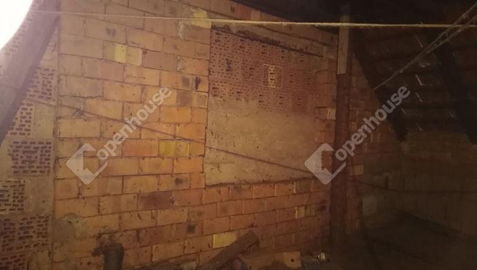 25. kép | Padlás csövezés és ablak kialakítással | Eladó Családi ház, Tata (#139490)