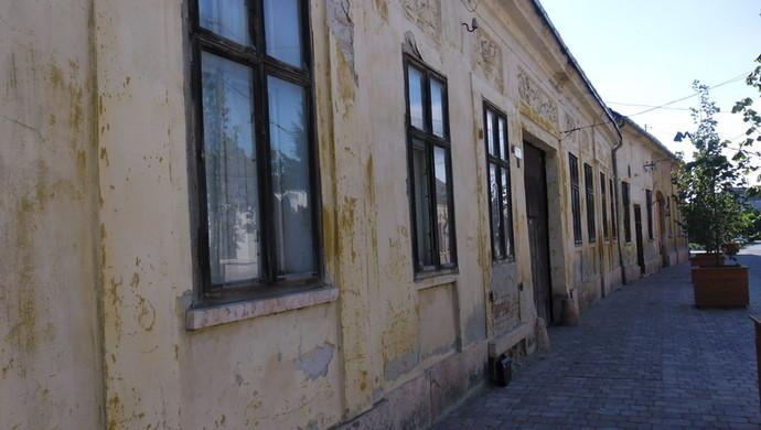 4. kép | Az utca | Eladó Családi ház, Tata (#106618)