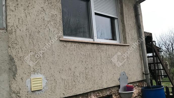 11. kép | egy műanyag ablak szúnyoghálóval | Eladó Családi ház, Tata (#149343)
