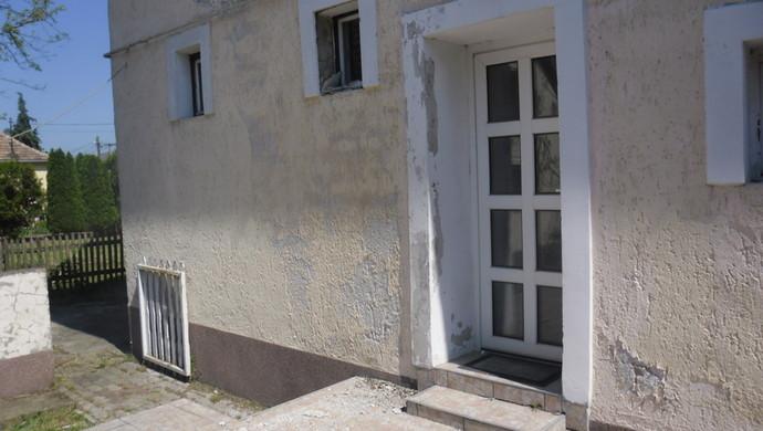 11. kép   Bejárat kintről   Eladó Családi ház, Tata (#100880)