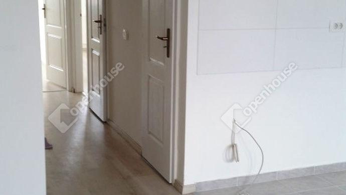 2. kép | Nappaliból előszoba felé | Eladó Társasházi lakás, Tatabánya (#135318)