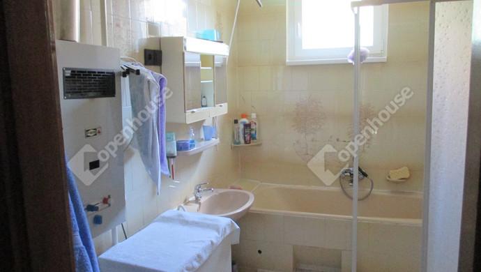 6. kép | fürdőszoba | Eladó Családi ház, Szolnok (#131579)