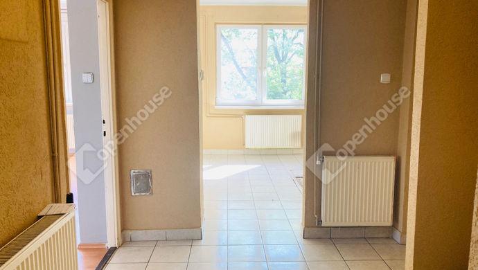 2. kép   Előszobából konyha felé   Eladó Társasházi lakás, Tatabánya (#151531)
